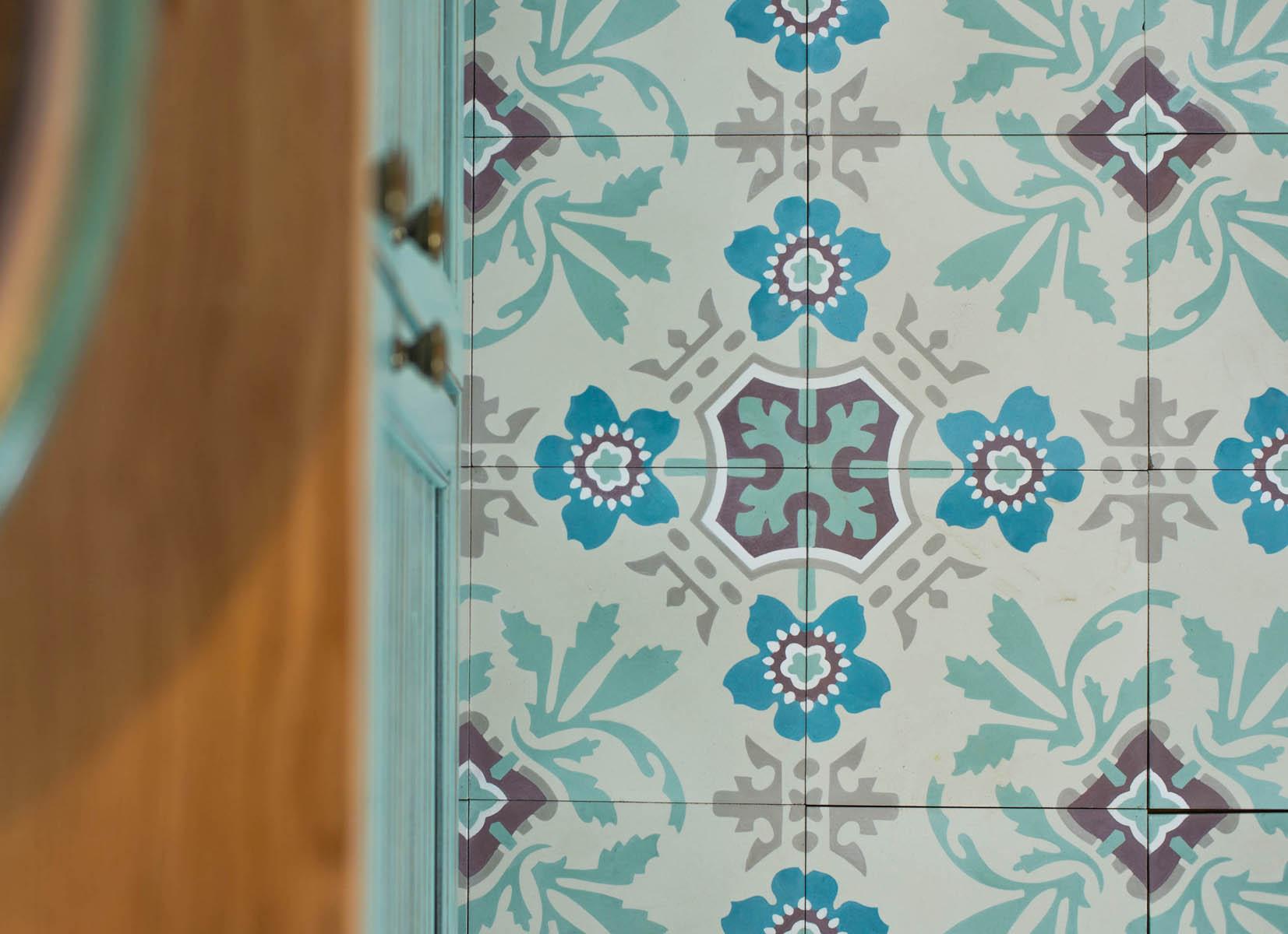 אריחים מצוירים באמבטיה דגם נרקיס 1 ענבל אריחים מצוירים