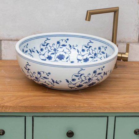 כיור אמבטיה מעוטר כחול לבן