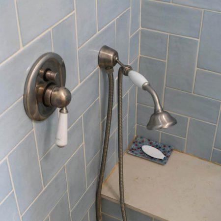קרמיקה לאמבטיה בצבע תכלת לחדרי רחצה