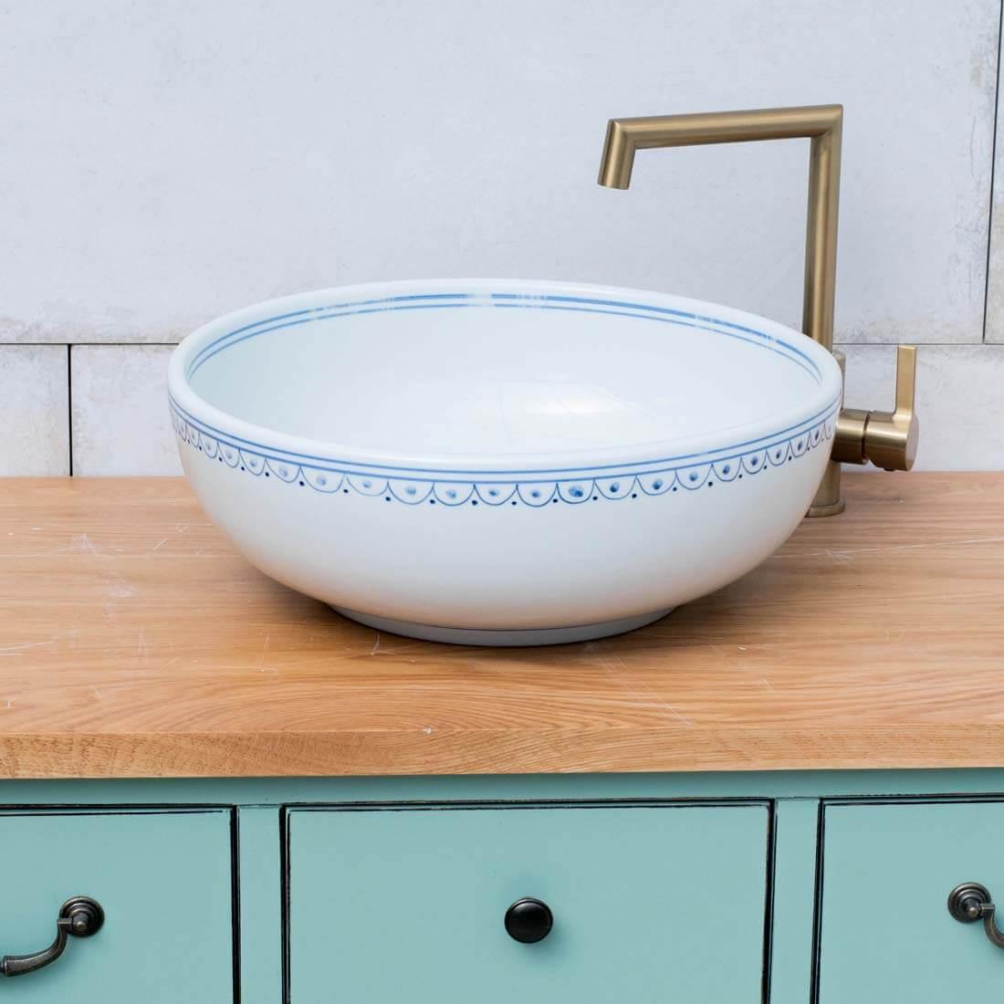 כיור אמבטיה מעוטר פס כחול לבן